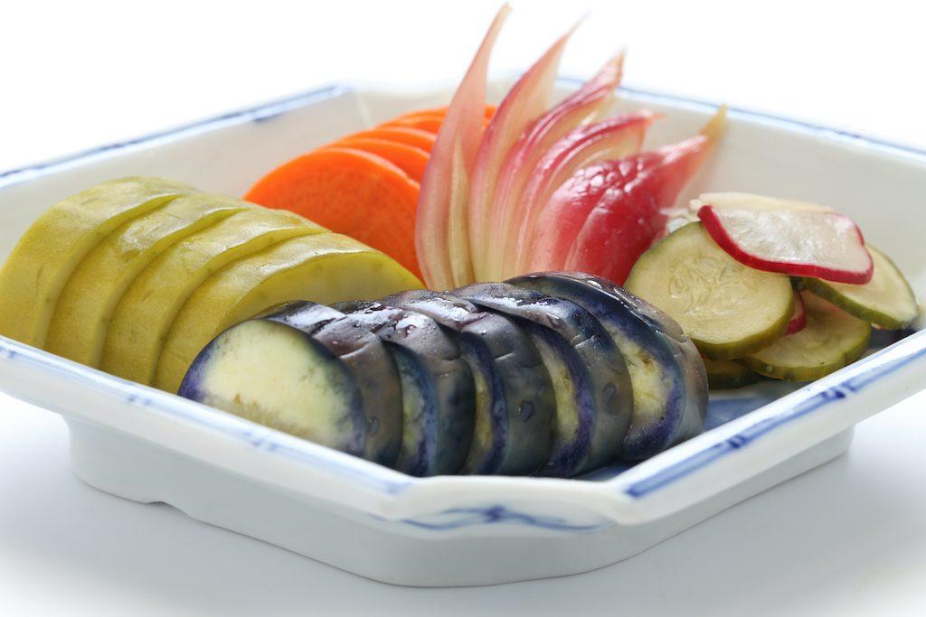 Tsukemono aus Radieschen, Karotten, Auberginen, Zwiebeln und Guken